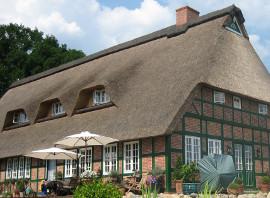 reetgedecktes Fachwerkhaus mit weißen Holzfenstern mit Sprossen von wfb