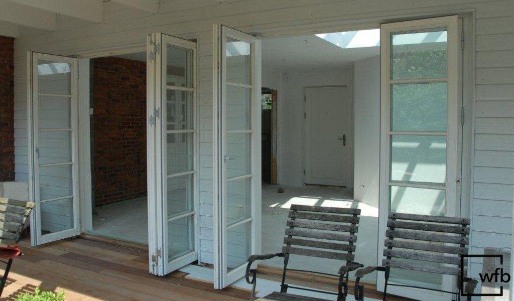 weiße, hochwertige Falttür von wfb für Balkon und Terasse mit Sprossen